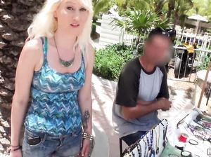 Пикапер познакомился на улице и трахнул зрелую блондинку