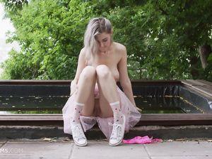 Кокетливая русская телка с натуральными сиськами мастурбирует на улице