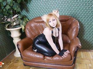 Русская девушка в латексе красиво сосет резиновый член