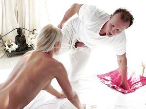 Красивый расслабляющий массаж возбудил и сподвиг девушку на секс