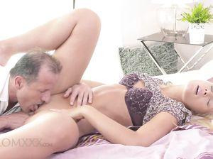 Опытный зрелый любовник натягивает на член белокурую красотку