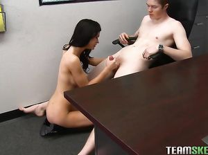 Озабоченные студенты занимаются сексом на столе во время перемены