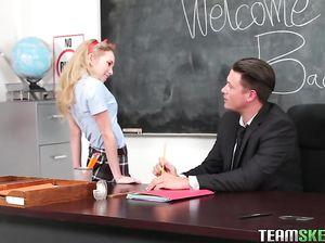 Американская студентка трахается на столе с похотливым преподом