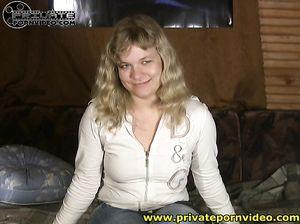 Обычная русская девушка в колготках отдалась парню перед камерой