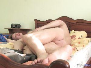Молодая русская домработница раздвинула ноги перед зрелым хозяином