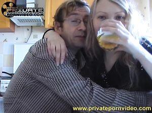 Зрелый мужик в очках напоил и трахнул русскую блондинку