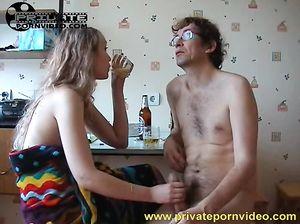 Пьяная русская девушка занялась сексом со зрелым мужиком