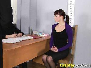 Хорошенькая девушка в чулках показала себя на русском кастинге