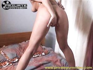 Мастурбирующая русская девушка трахается дома от 1 лица