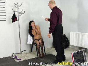 Красивая девушка в черных чулках проходит русский кастинг
