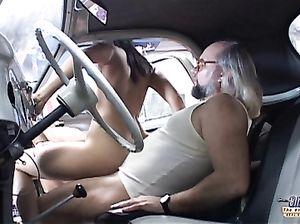 Стремный старый механик трахнул в машине молоденькую милашку