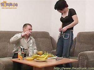 Опытный бухарь легко напоил и трахнул русскую брюнетку Аню