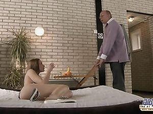 Старичок в очках качественно выебал молоденькую любительницу секса