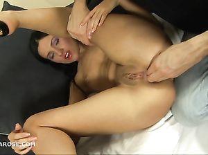 Русская девушка без сисек трахается в жопу с напористым парнем