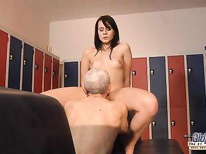 Спортивная молодая девушка занялась сексом со стариком в раздевалке