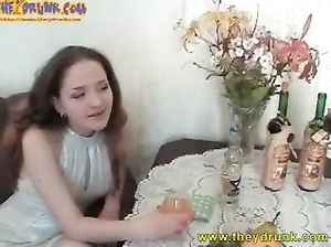 Русская пьяная лесбиянка делает куннилингус своей подруге