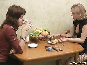 Пьяные русские девушки занялись лесбийским сексом на кухне