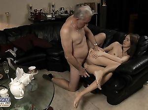 Любовник преклонного возраста трахает в задницу юную телку