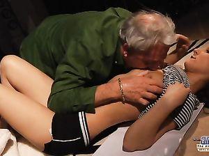 Молоденькая девчонка занялась сексом с репетитором преклонного возраста