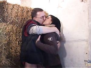 Зрелый очкарик и молодая брюнетка занялись сексом на сеновале