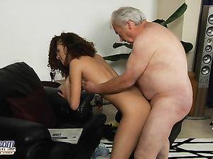 Жирный седой старик трахает молодую кудрявую брюнетку