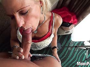 Зрелая блондинка сосет член молодого парня на секс кастинге