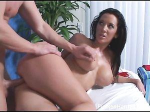 Шикарная девушка с большими сиськами занялась сексом после массажа