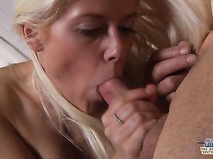 Богатый старик трахает молоденькую красивую блондинку