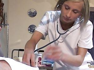 Молоденькая медсестра трахается с пациентом преклонного возраста