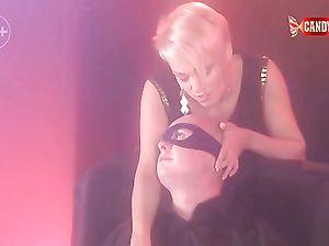 Эротический приватный стриптиз танец от короткостриженной блондинки