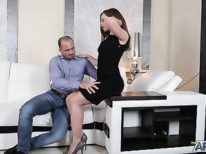 Выносливый русский парень красиво трахает стройную брюнетку