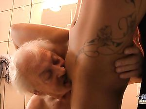 Старик застукал мастурбирующую в душе молодуху и оттрахал ее