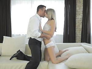 Худая русская девушка красиво трахается с любовником