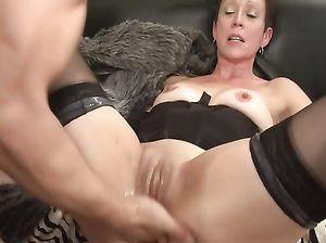 Мужик засунул руку в пизду зрелой женщины во время секса