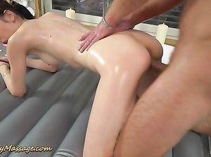 Куколка скачет на члене клиента после эротического массаж с маслом