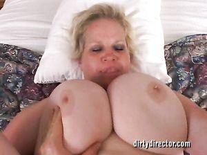 Зрелая толстая женщина с большими дойками трахается в задницу