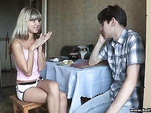 Зрелый мужик трахает за деньги русскую худышку на глазах ее парня