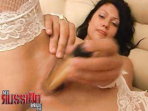 Сексапильная невеста мастурбирует вибратором перед бракосочетанием
