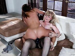 Зрелая лесбиянка со страпоном трахает загорелую молодую подружку