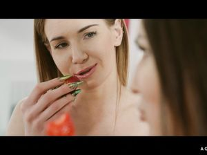 Гламурные лесбиянки участвуют в эротической фотосессии