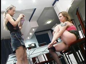 Знойные русские лесбиянки в колготках вылизывают писечки друг другу