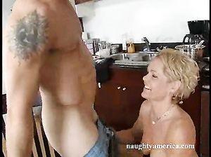 Зрелая женщина и молодой парень занялись анальным сексом на кухне