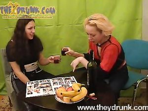 Развращенные русские лесбиянки выпили и потрахались на полу