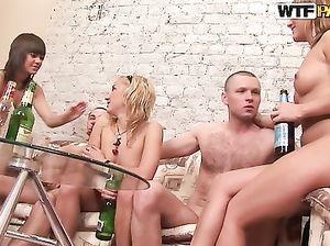 Пьяная студенческая вечеринка с незабываемым групповым сексом