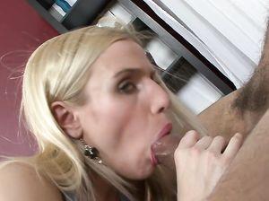 Блондинка с рабочей задницей кричит во время анального секса