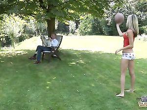 Соблазнительная русская худышка трахает на улице старого соседа