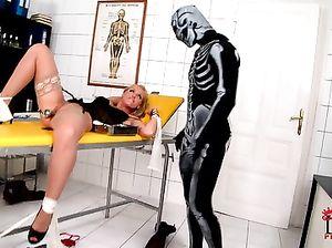 Ребята в странных костюмах трахают спящую девушку секс игрушками