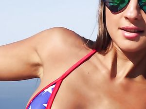 Щуплая русская девушка в купальнике позирует голой на пляже