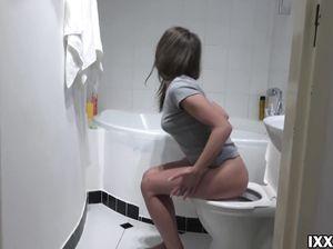 Домашний минет в ванной от татуированной русской брюнетки