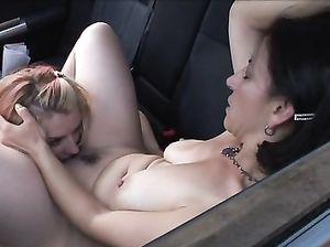 Зрелая и молодая лесбиянки занимаются сексом в машине
